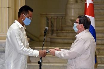 cuba presents friendship medal to vietnamese ambassador