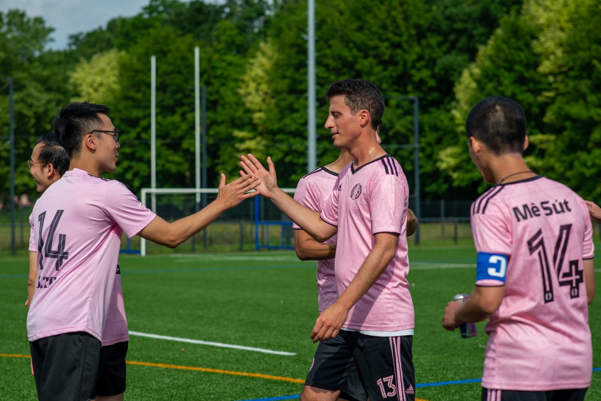 Vietnamese students in France organise football tournament, donating to national vaccine fund