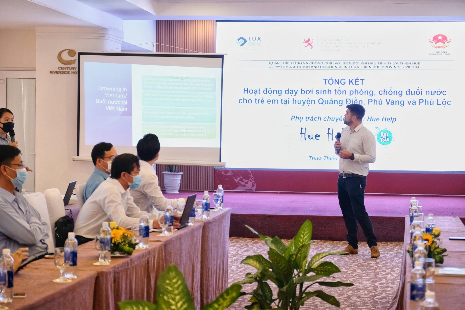 """Hue Help Continues """"Swimming for Safely"""" Project For Students in Thua Thien Hue"""