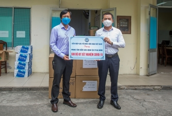 vufo hands over 500 sets of covid 19 test kits to help da nang fight covid 19