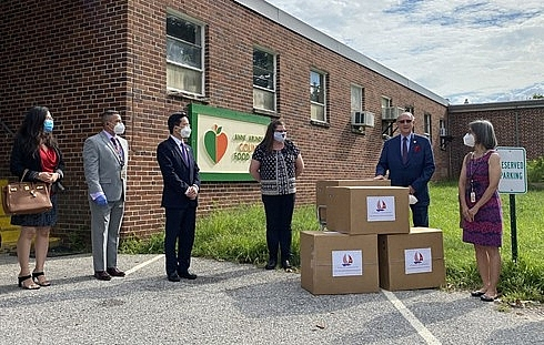 Vietnamese Embassy presents face masks to hard-hit US Maryland state
