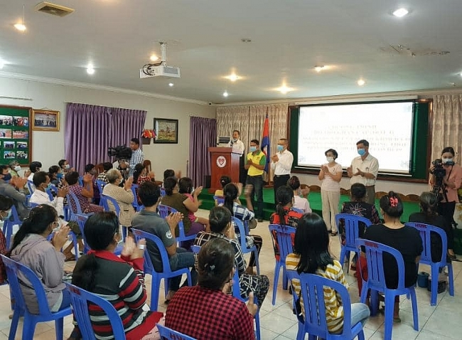 Relief delivered to Vietnamese-origin people in Cambodia amid COVID-19