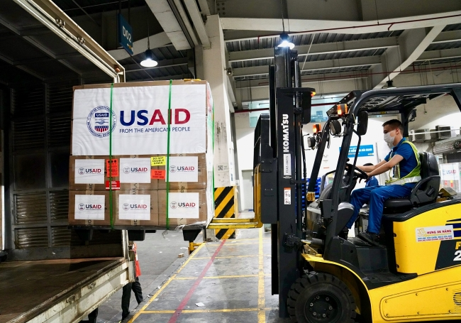 US provides 100 brand-new ventilators to Vietnam to support COVID-19 response