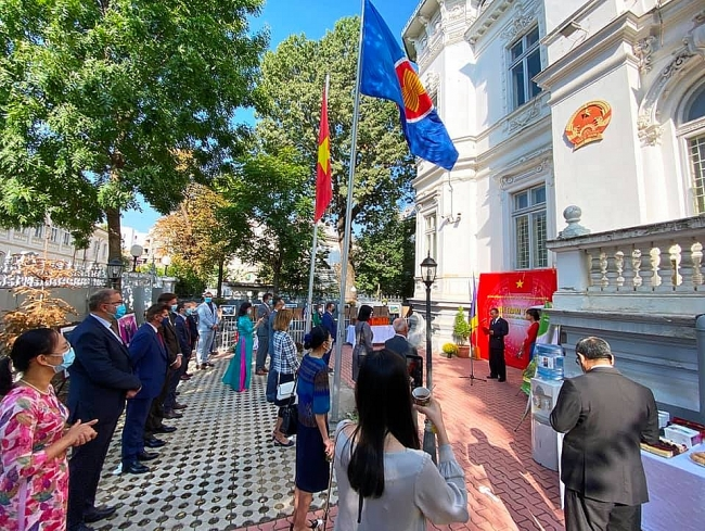 Exhibition featuring land and people of Vietnam held in several Romania's localities