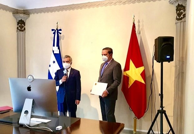 honduras president wishes to step up ties with vietnam