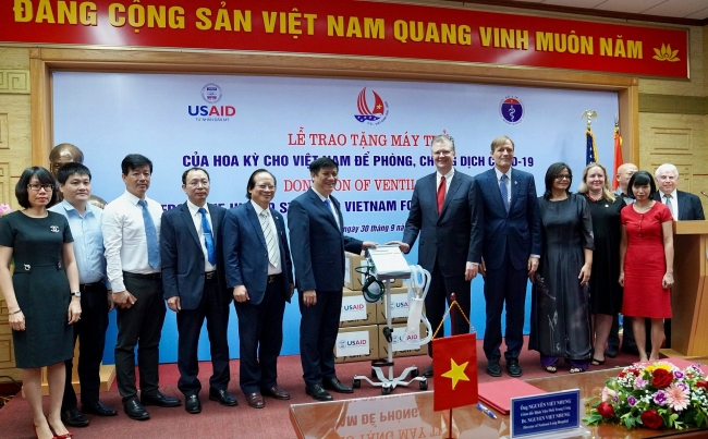 US, China donate ventilators, masks to Vietnam to respond to COVID-19