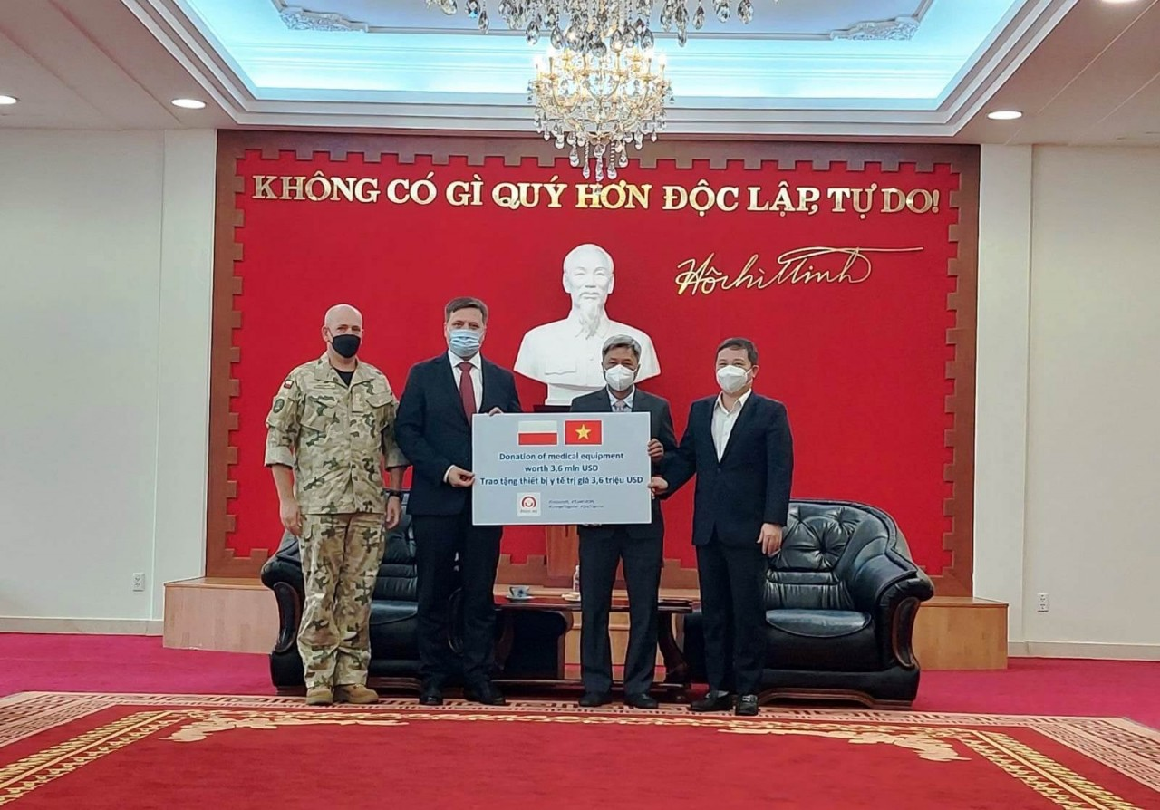 Vietnam receives over 8 tons of Covid-19 aid  from Poland