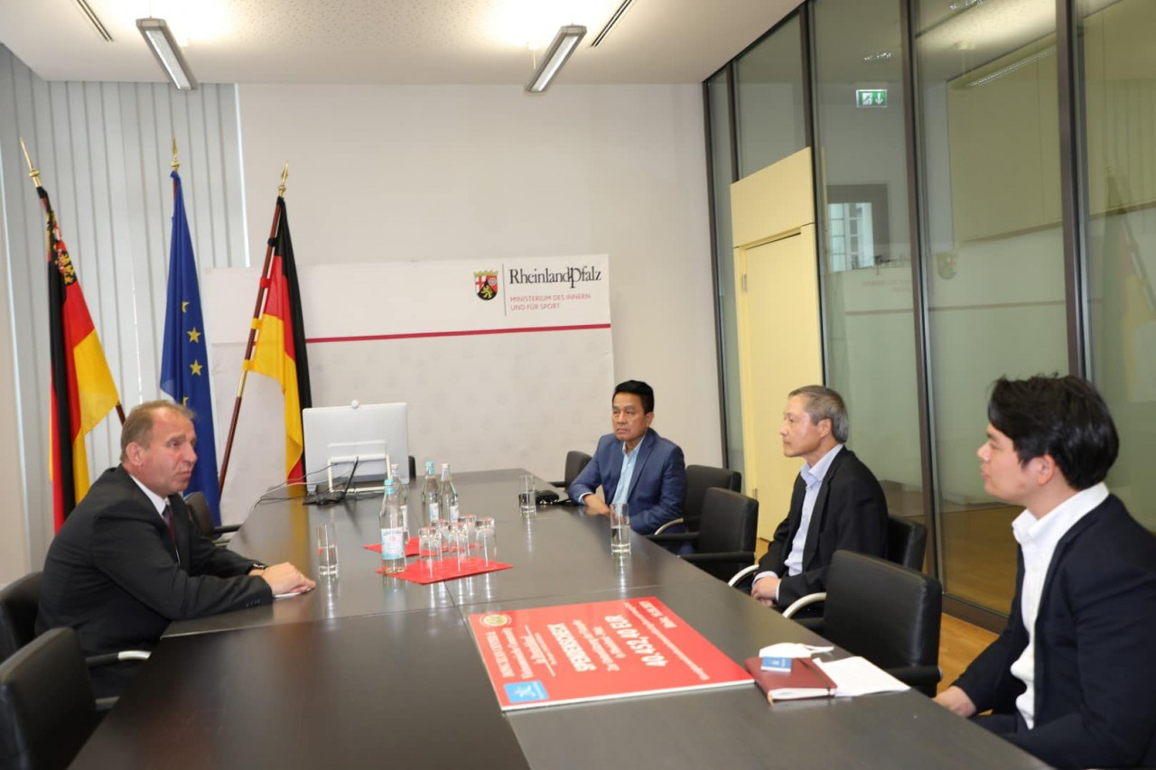 Vietnamese in Germany donate to support flood victims in southwestern Germany