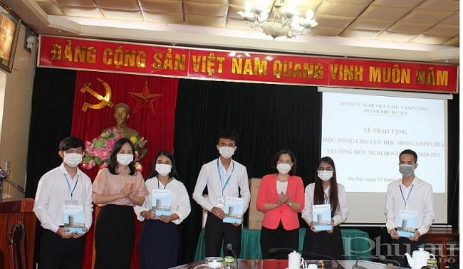 Cambodian Students Touched by Supportive Vietnamese During Pandemic