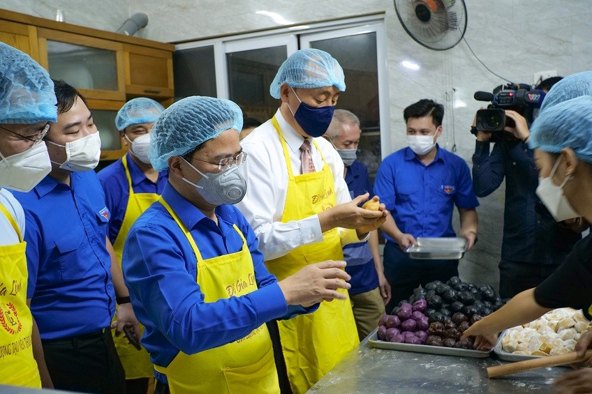 WHO Representative in Vietnam Makes Mooncakes to Gift to Frontline Health Workers
