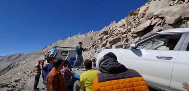 Vietnamese Diplomats Help Broken Car in Ladakh, India