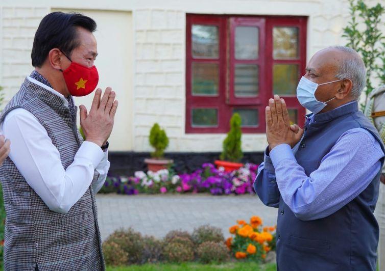 Vietnamese Diplomats Helpe Broken Car in Ladakh, India
