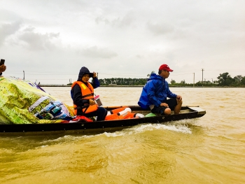 flood striken households in quang tri receiving emergency relief aid