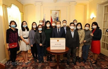 vietnamese in thailand czech and uk support homeland flood victims