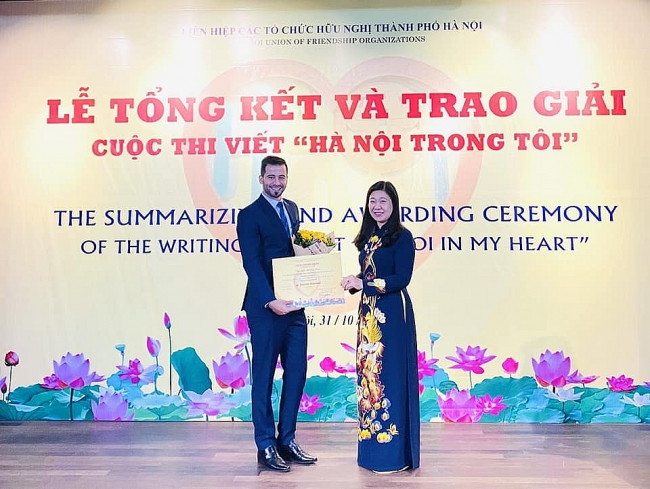 "Contestant from Palestine won first prize of writing contest ""Hanoi in my heart"""
