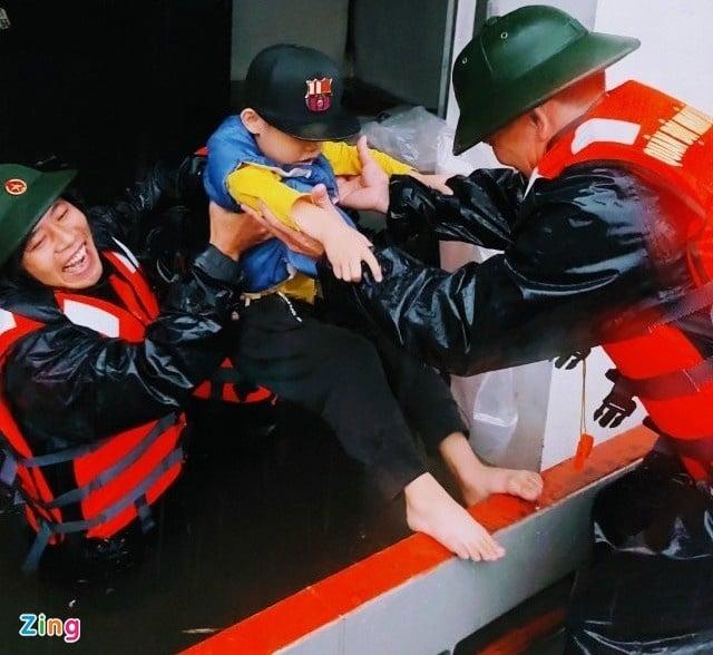 Emergency relief pouring into flood stricken vietnam's central region