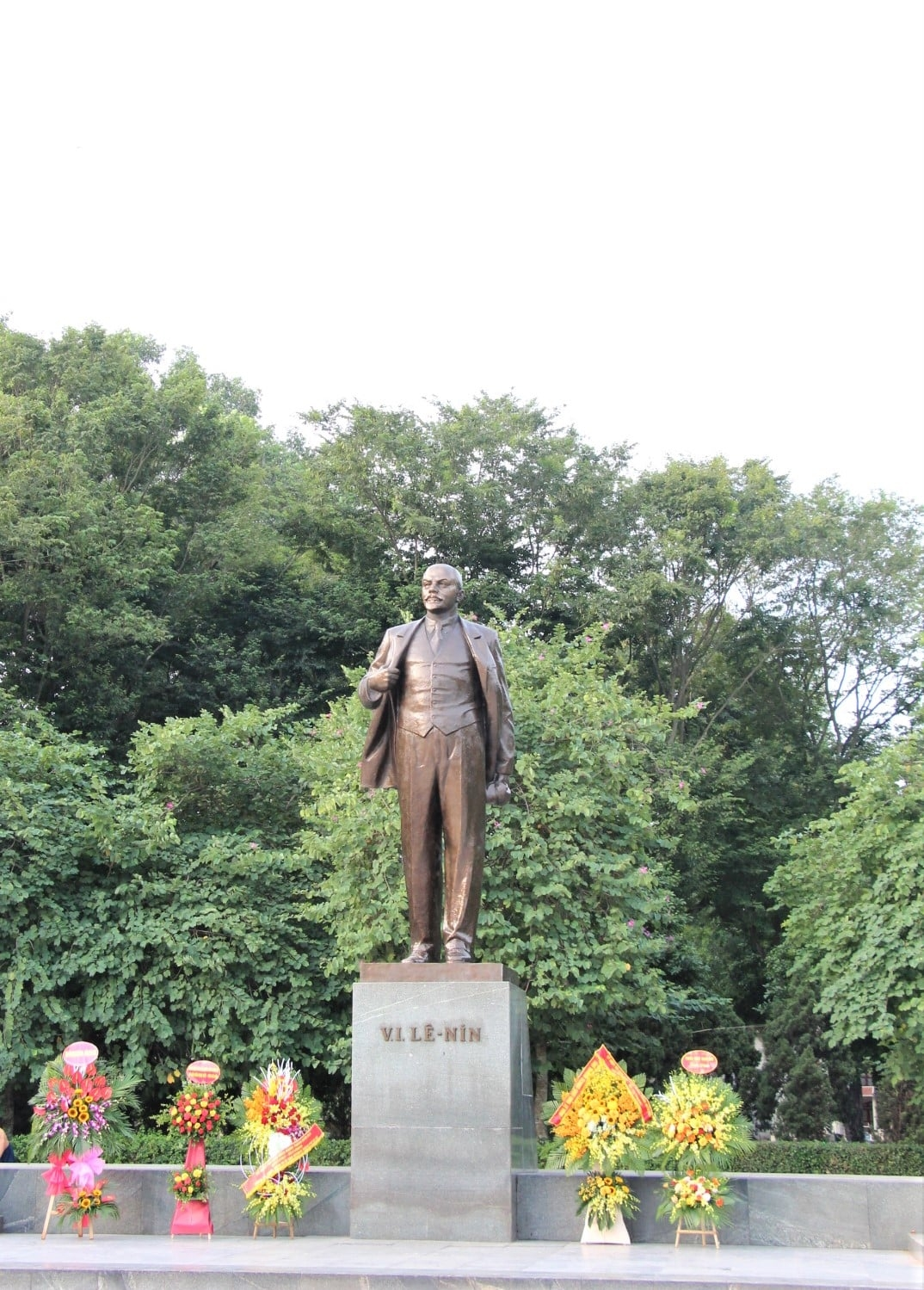 VUFO lays flowers at Lenin's statue on 103rd anniversary of October Revolution