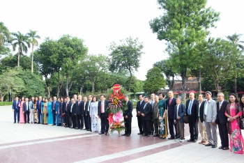 vufo friendship associations lay flowers at lenins statue on 103rd anniversary of october revolution