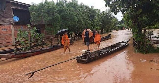 Vietnam presents 1,000 tonnes of rice to Lao flood victims