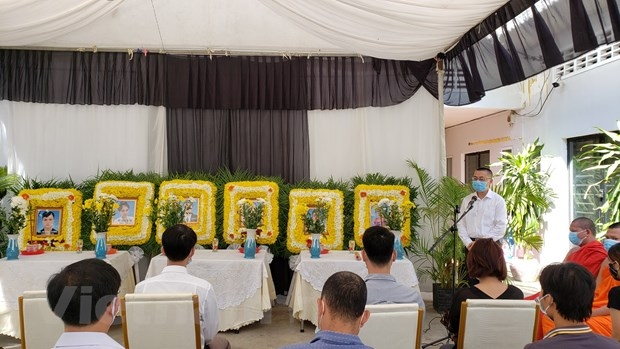 Embassy hands over bodies of Vietnamese traffic victims in Campuchia to families