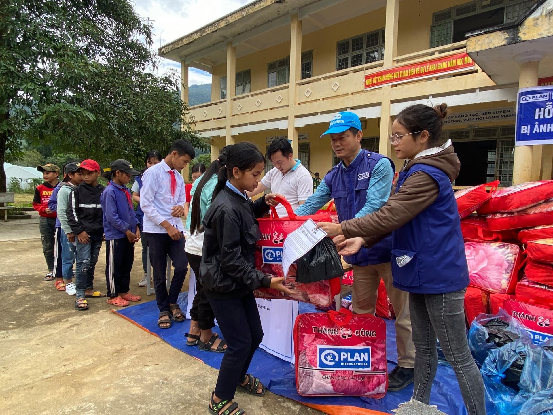 Plan International Vietnam pledges over VND 10.5 billion to support flood hit Quang Tri province