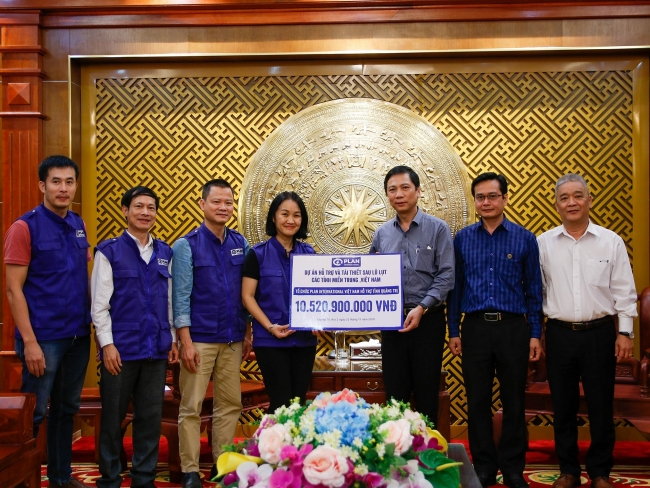 Plan International Vietnam pledges over VND 10.5 billion to support flood-hit Quang Tri province