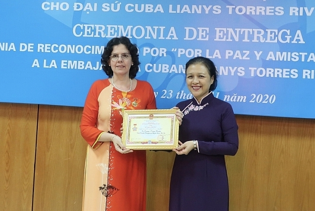 Outgoing Cuban Ambassador receives VUFO's Insignia for Peace and Friendship