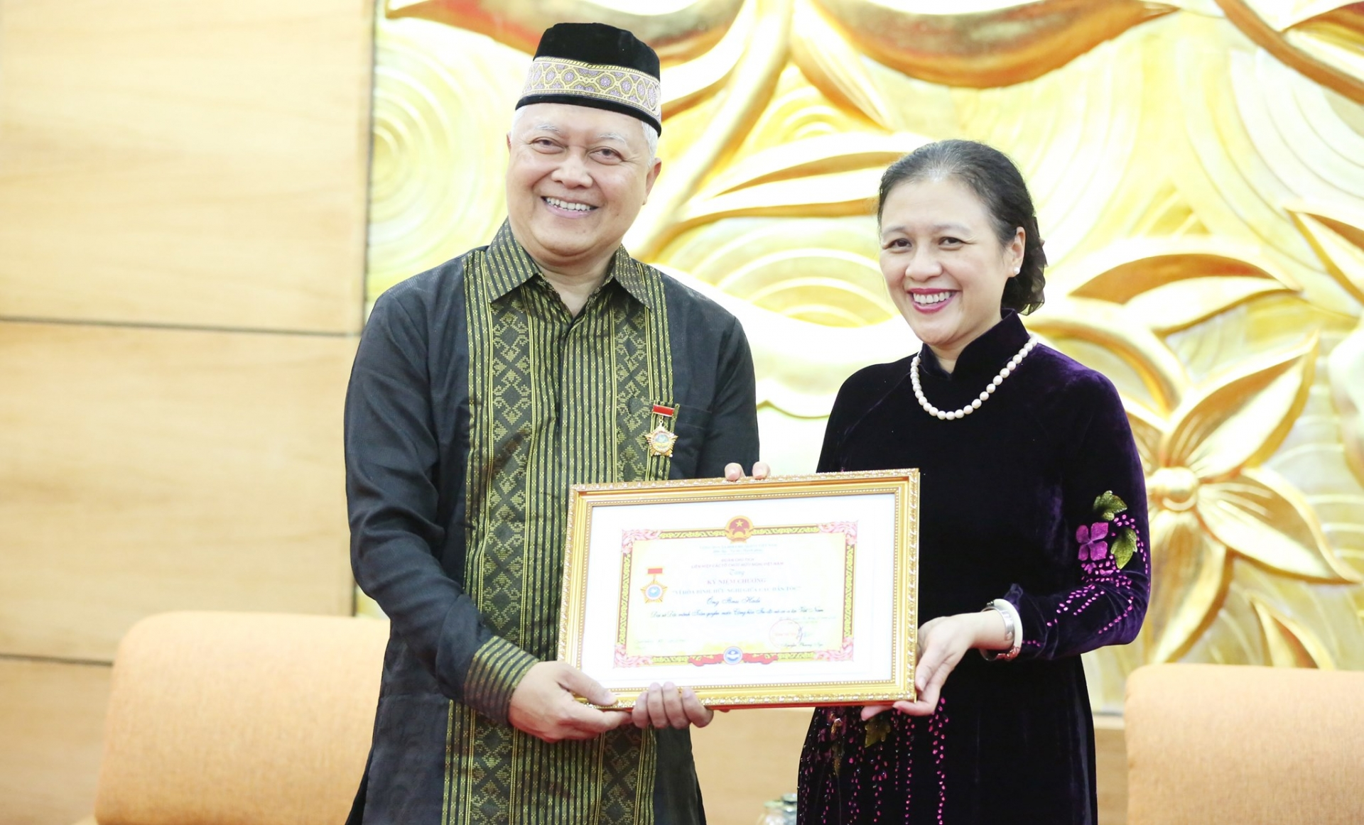 Indonesian Ambassador honoured with VUFO's peace and friendship insignia
