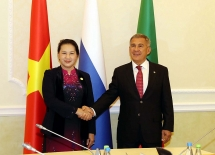 vietnamese na presents medical supplies to over 30 foreign parliaments