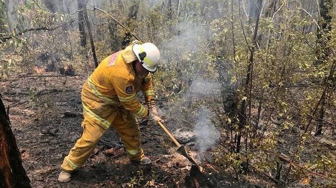 tourists at risk as heatwave fuels australia bushfires