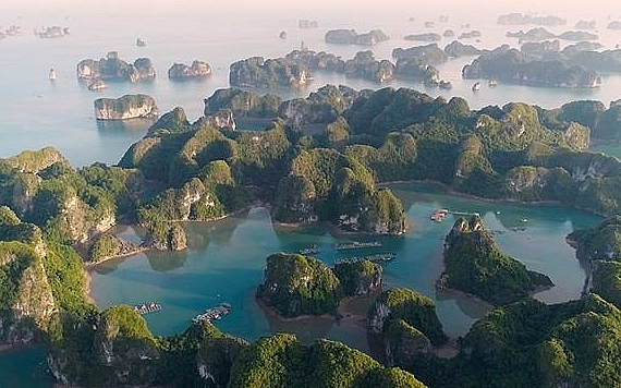 Guides to spend weekend travelling to Lan Ha Bay - the masterpiece of Vietnam nature
