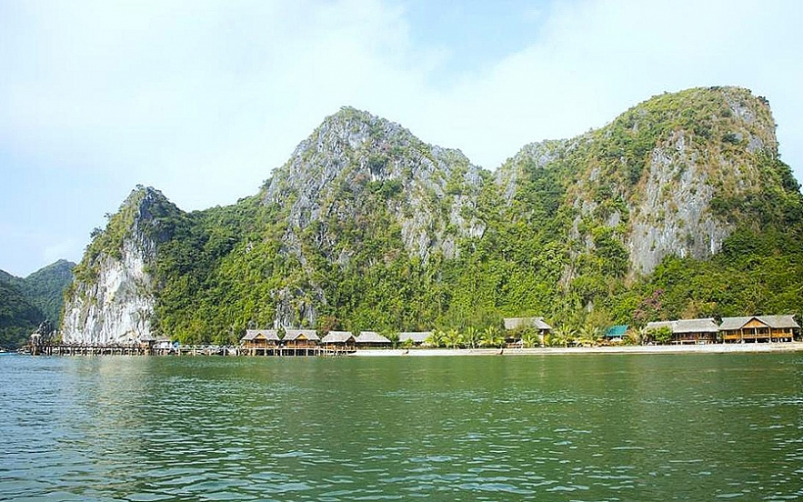 guides to spend weekend travelling to lan ha bay the masterpiece of vietnam nature
