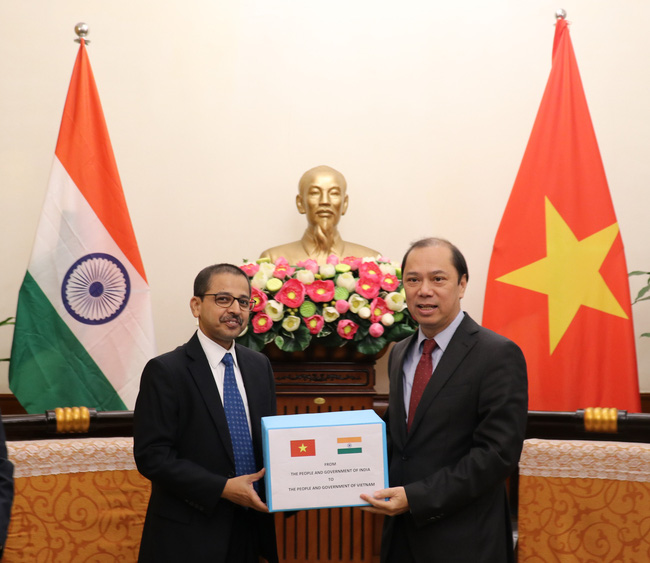 Indian Government sends aid to Vietnamese flood victims