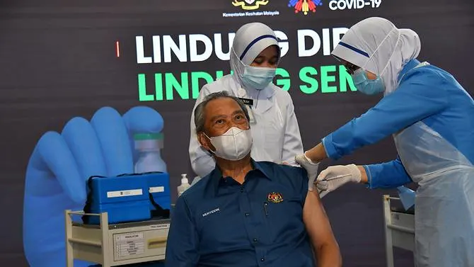 malaysian pm receives first covid 19 jab as mass vaccination begins