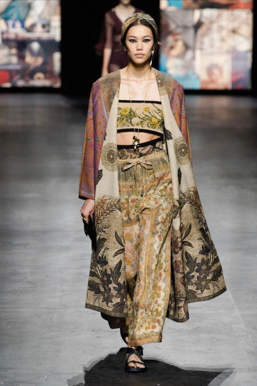Top Vietnamese models walking international runway
