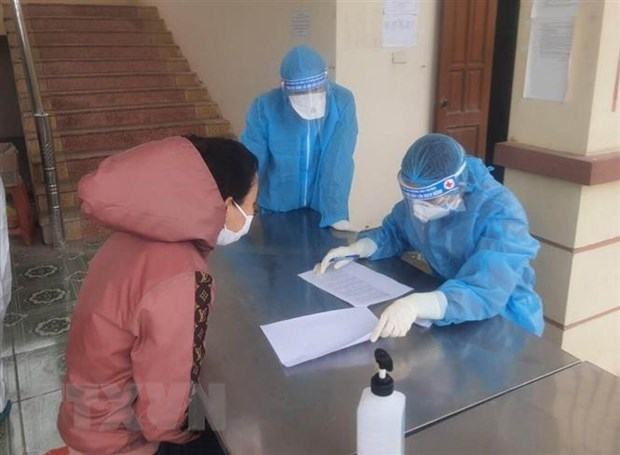 A Vietnamese returning from abroad fills out medical declaration at the Regiment 855 under the Military Command of Ninh Binh province. (Photo: VNA)