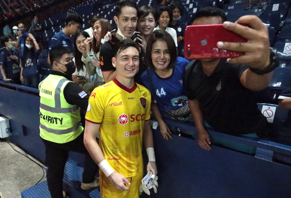 Dang Van Lam poses with Thai fans when playing for Muangthong United FC.