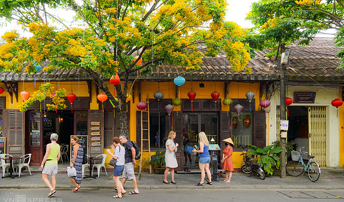 Foreign visitors in Hoi An Ancient Town of Quang Nam Province on March 14, 2021. Photo by VnExpress/Do Anh Vu.