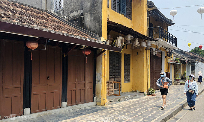 Shops remain closed on the once bustling Tran Phu Street in Hoi An Town, March 2021. Photo by VnExpress/Anh Tu.
