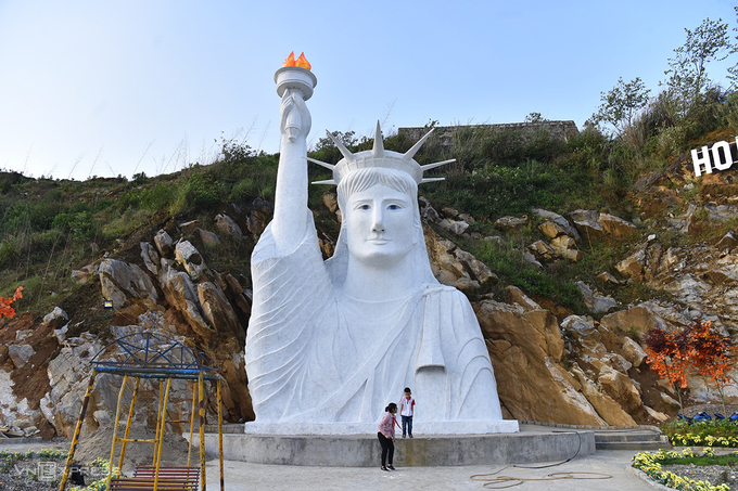 The Statue of Liberty in Check-in An Sapa, an unlicensed tourism complex in Sa Pa Town, April 2021. Photo by VnExpress/Giang Huy.