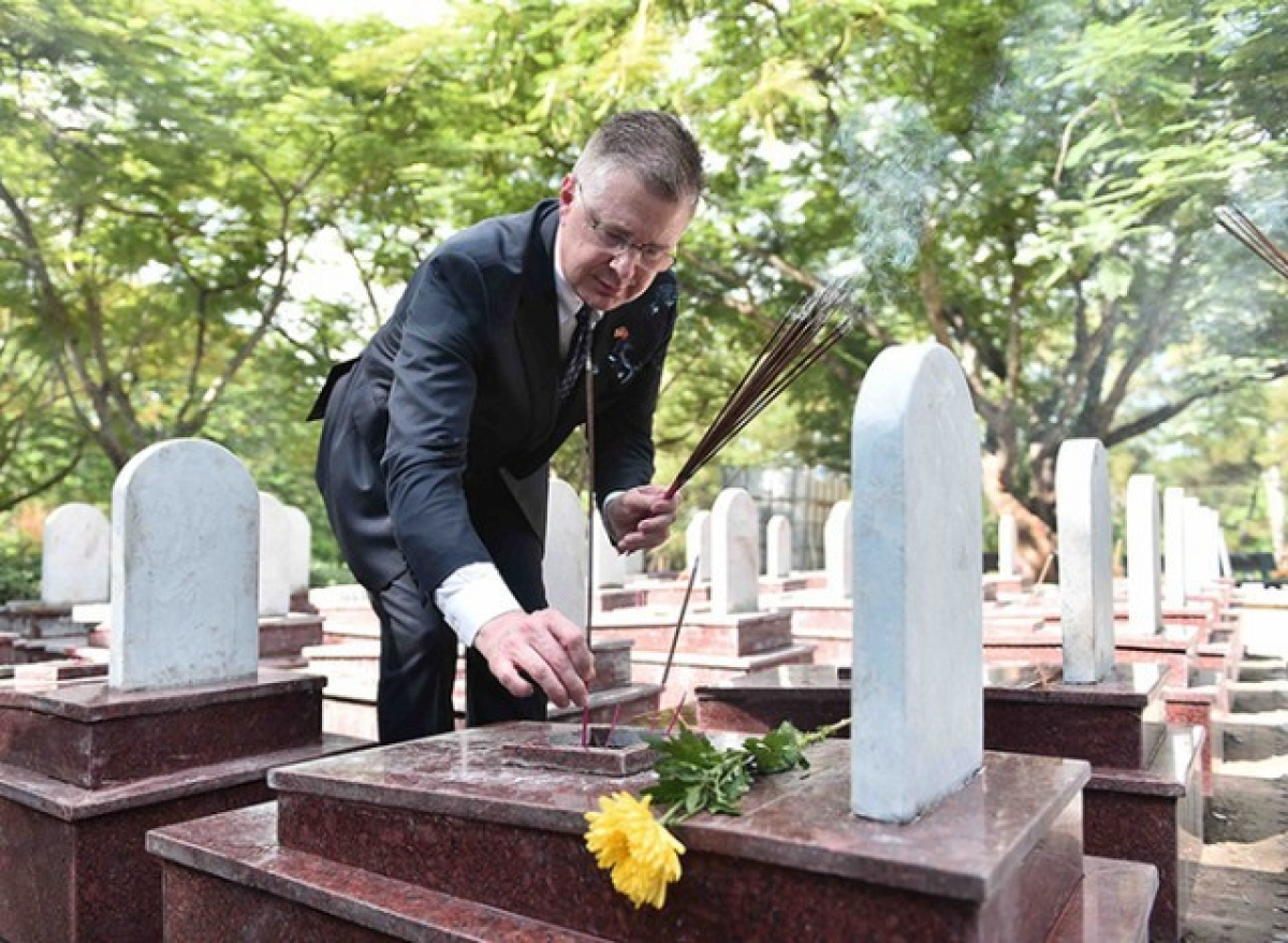 US Ambassador to Vietnam Daniel Kritenbrink offers incense on a soldier's grave at Truong Son National Martyrs Cemetery. (Photo: US Embassy)