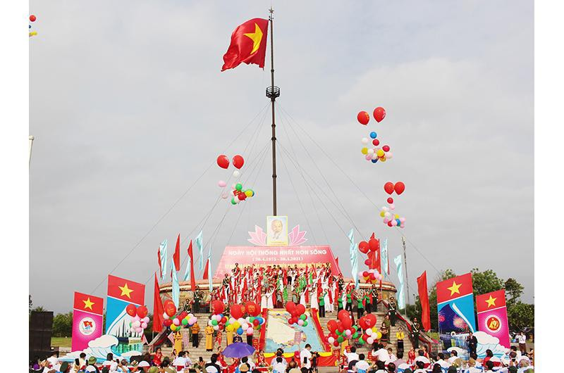 Flag-raising ceremony held in Quang Tri to mark Reunification Day