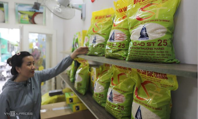 A person reaches for a bag of ST25 rice at a store District 10, Ho Chi Minh City, on April 23, 2021. Photo by VnExpress/Quynh Tran.