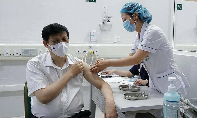 Minister of Health Nguyen Thanh Long receives a Covid-19 vaccine shot by AstraZeneca at Hanoi's Bach Mai Hospital, May 6, 2021. Photo by VnExpress/Ngoc Thanh.