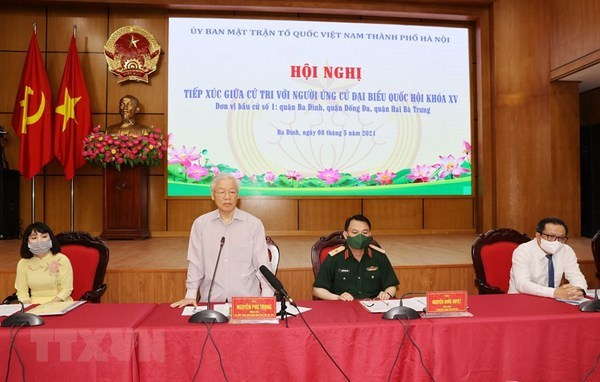 Party General Secretary Nguyen Phu Trong (standing) speaks at the meeting with Hanoi's voters (Photo: VNA)