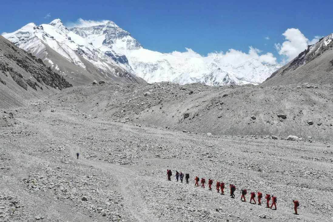 Guides aim to prevent climbers ascending Mount Everest from the Chinese side from mingling at the summit with those on the Nepalese side. Photo: Xinhua