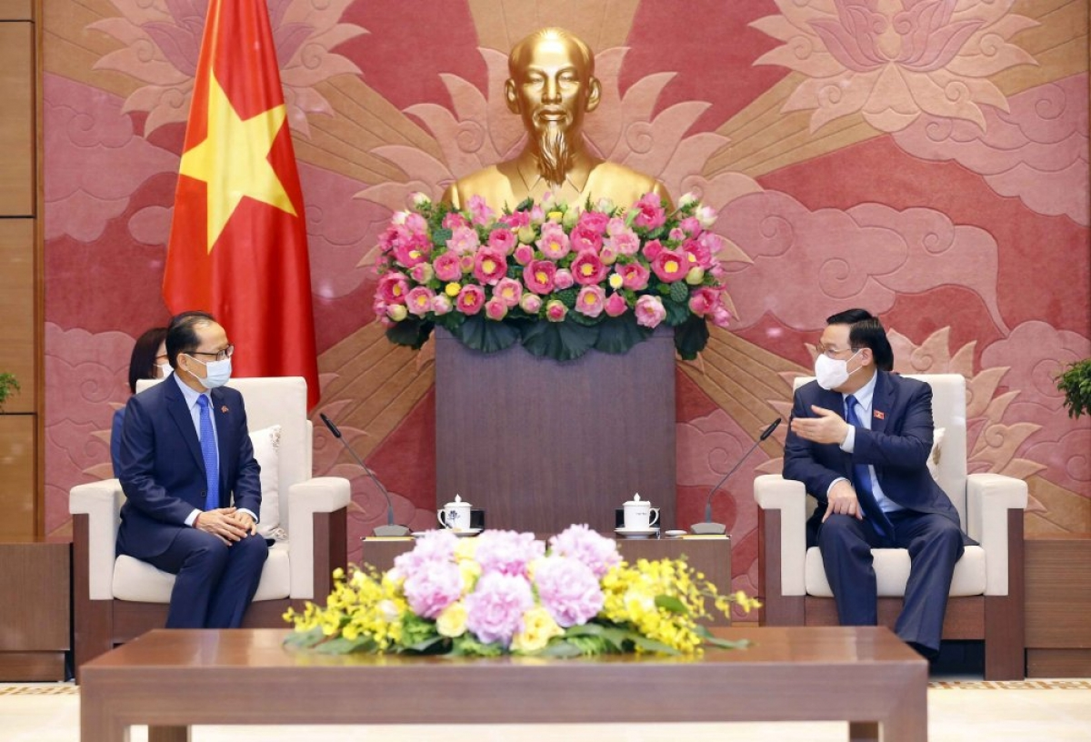 National Assembly Chairman Vuong Dinh Hue (R) hosts a reception for outgoing Cambodian Ambassador Chay Navuth (L) in Hanoi on May 14.