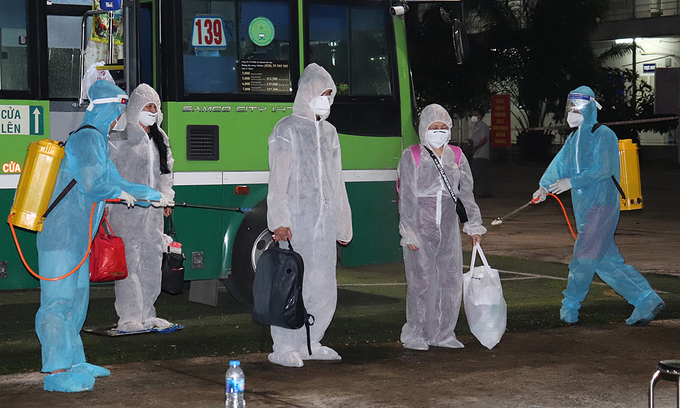 Vietnamese people returning from abroad are disinfected before going into a centralized quarantine facility in Dong Nai Province in 2020. Photo by VnExpress