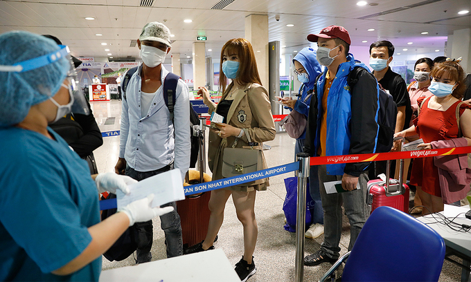 Passengers line up to be tested for Covid-19 at HCMC's Tan Son Nhat Airport in May 2021. Photo by VnExpress/Huu Khoa.