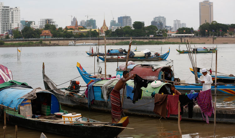 Phnom Penh City Hall set a one-week deadline for people who live in floating houses along the Mekong and Tonle Sap Rivers to move out. KT/Siv Channa